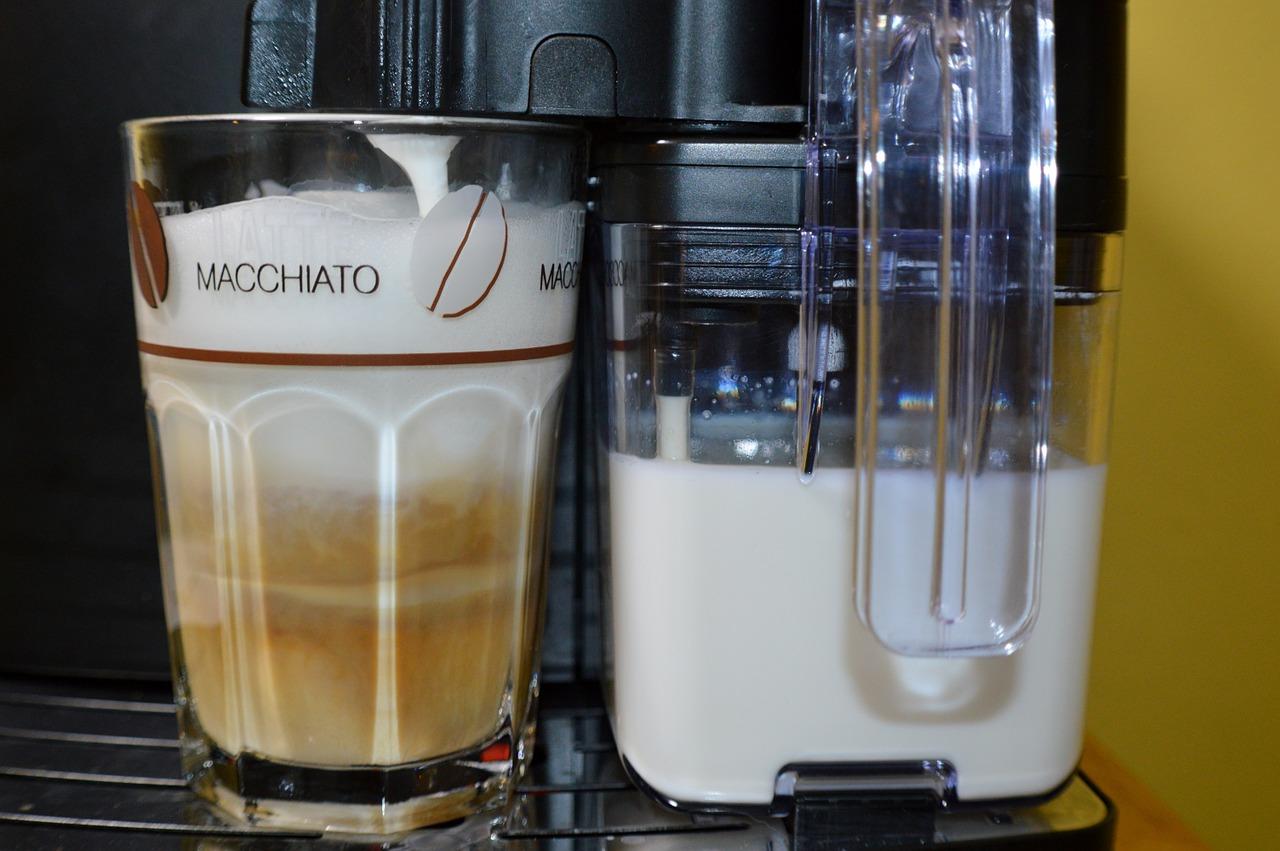 Lattemachiato fertig zubereitet auf einer Kaffeemaschine