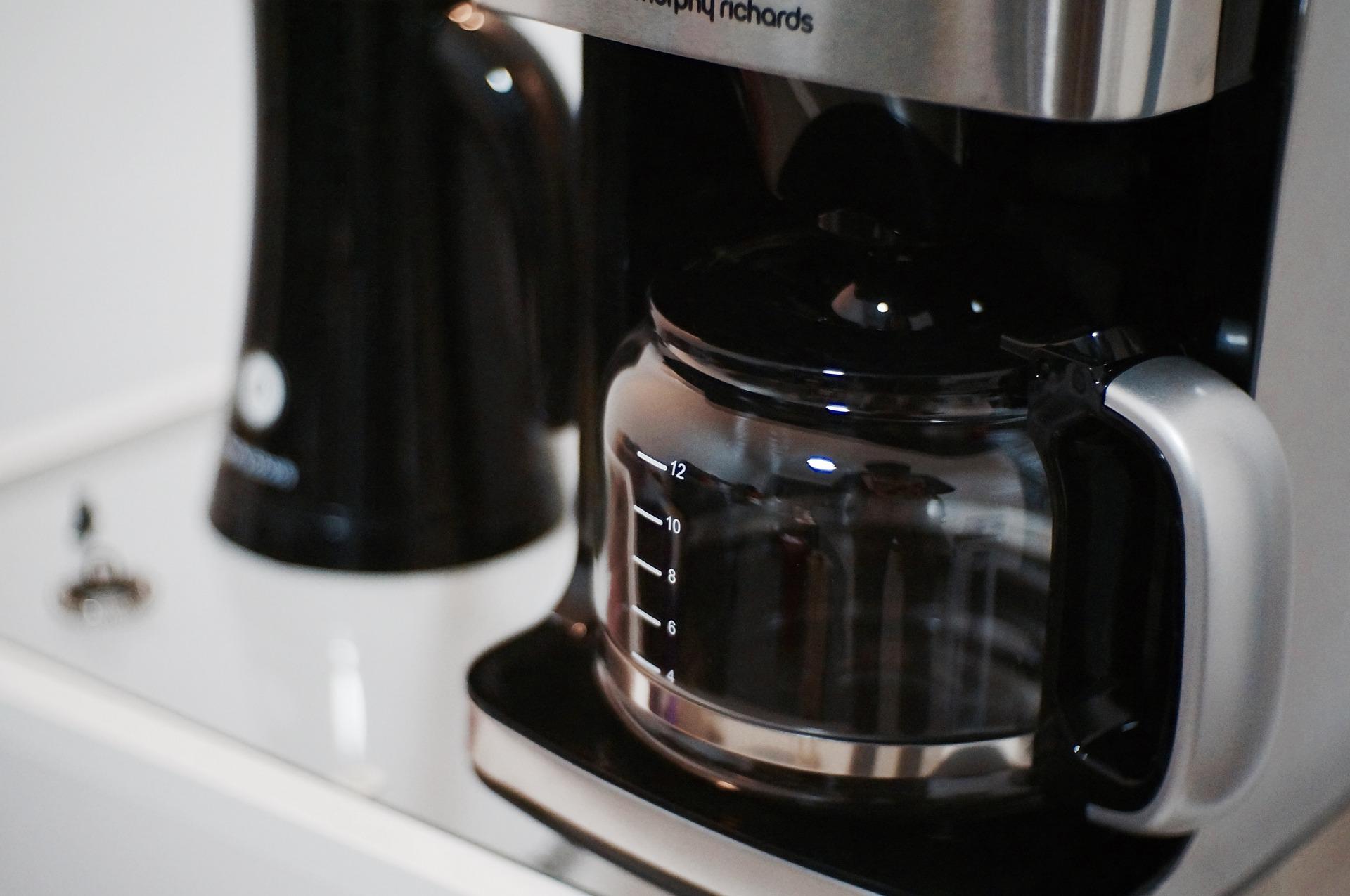 Kaffeemaschiene kocht Kaffee