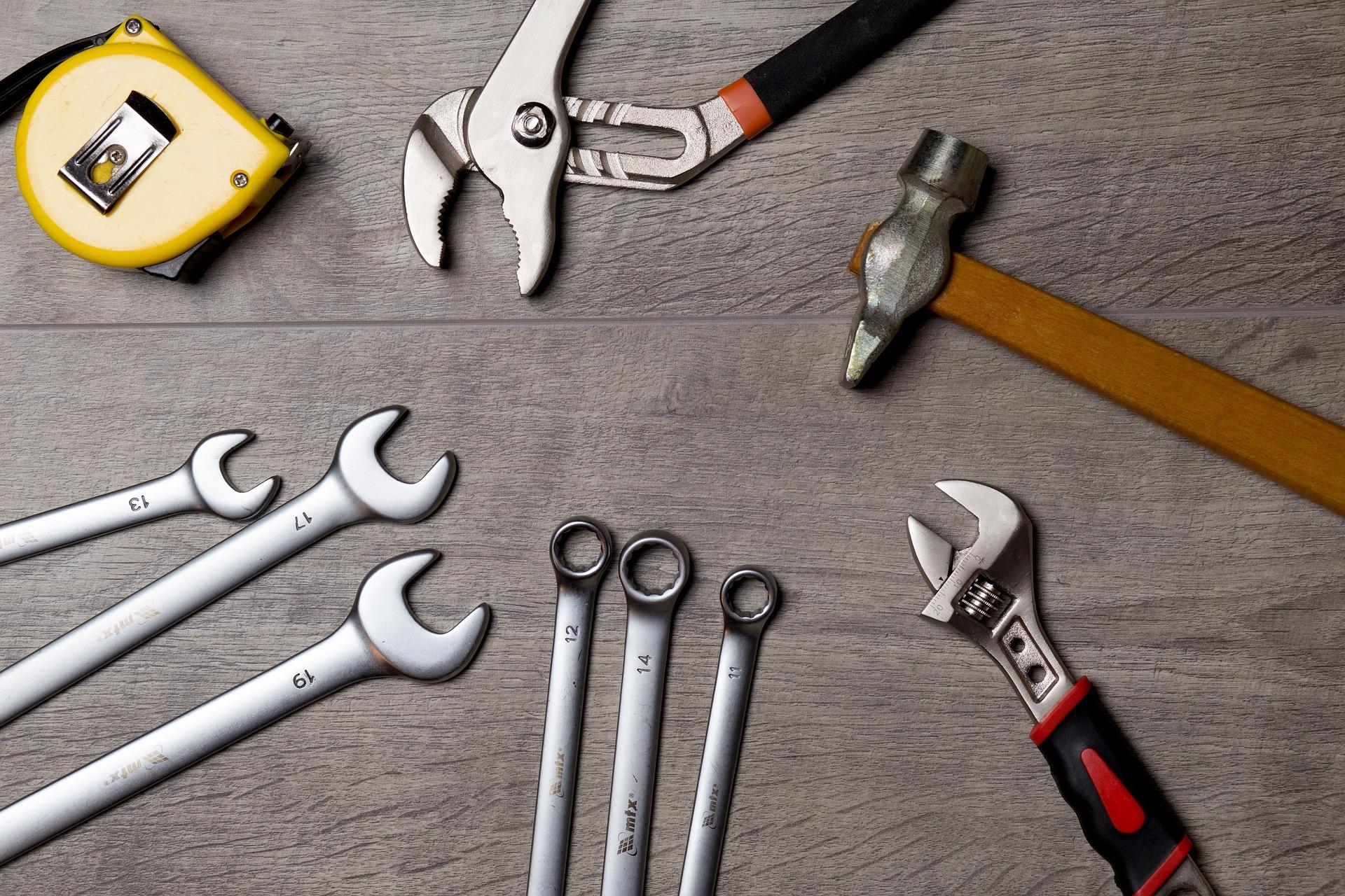 Werkzeuge im Kreis hingelegt